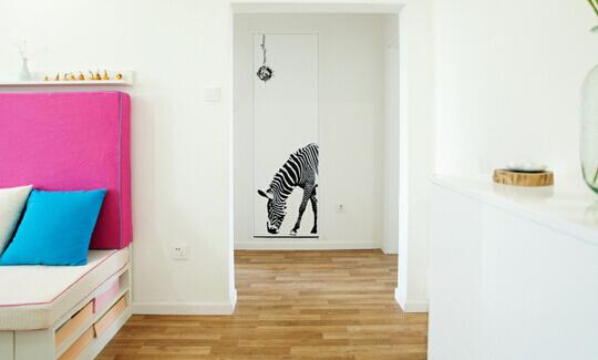 尤其是公寓房,和地板相同颜色的贴脚线会从视觉上拉低层高.